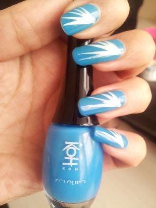 Дизайн нарощенных ногтей, голубой маникюр с рисунком на длинных ногтях