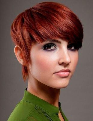 Цвет волос красное дерево, короткая стрижка для густых волос