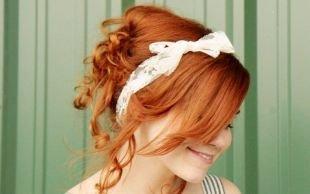 Ярко рыжий цвет волос на средние волосы, романтическая прическа с кудрями и повязкой