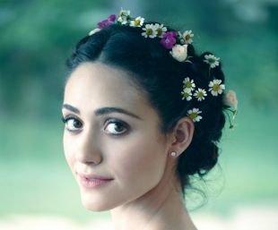 Греческая прическа с челкой на средние волосы, неотразимая греческая прическа с цветами