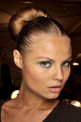 Модные женские прически на средние волосы, прическа на последний звонок - пучок с валиком
