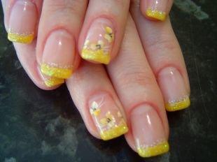 Нарощенные ногти, желтый френч с цветочками
