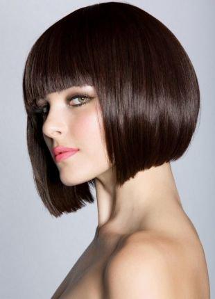 Шоколадный цвет волос на короткие волосы, стрижка прическа каре с прямой челкой