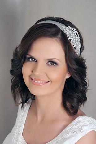 Свадебные прически с диадемой, чувственная прическа на короткие волосы