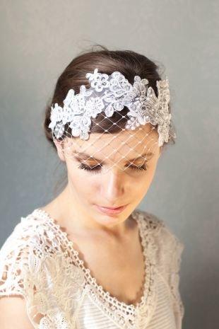 Цвет волос темный шоколад, свадебная прическа, украшенная ободком с вуалью