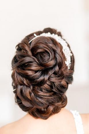 Каштановый цвет волос, роскошная свадебная прическа на длинные волосы