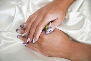 Маникюр с розами, свадебный маникюр красивыми синими и белыми цветами
