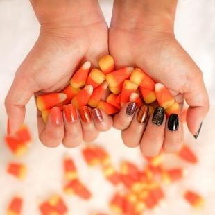 Коралловые ногти с рисунком, осенние цвета маникюра