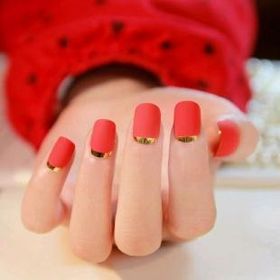 Маникюр с фольгой, красный лунный маникюр с золотыми лунками