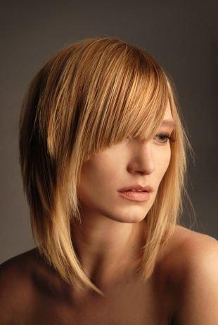 Карамельно русый цвет волос на средние волосы, стрижка для тонких волос с длинной асимметричной челкой