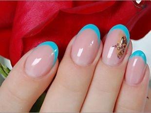 Дизайн ногтей френч, французский маникюр на коротких ногтях синим лаком и рисунком