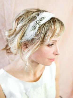 Мелирование на светлые волосы, элегантная свадебная прическа с ободком из перьев