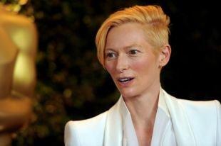 Золотисто медовый цвет волос, смелая короткая стрижка для женщин после 40 лет