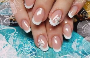 Рисунки на квадратных ногтях, белый френч с белым цветком