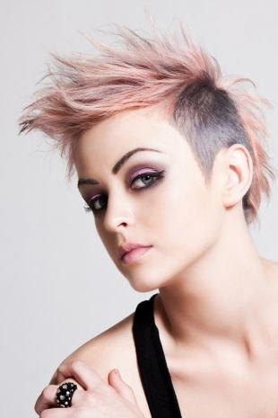 Персиковый цвет волос, современная короткая стрижка с выбритыми висками