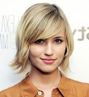 Цвет волос песочный блондин, короткое каре с челкой