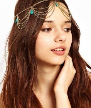 Прически на Новый год, прическа на новый год с цепочкой на голове