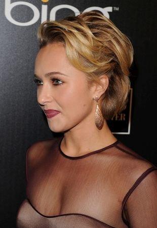 Золотистый цвет волос, объемная волнистая укладка короткой стрижки
