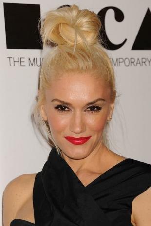 Цвет волос скандинавский блондин, легкая прическа под вечернее платье