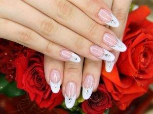 Дизайн нарощенных ногтей, свадебный френч со стразами