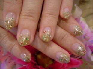 Золотой френч, французский маникюр на коротких ногтях с блестками и стразами
