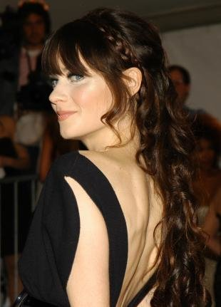Темно каштановый цвет волос, красивая прическа под платье с открытой спиной