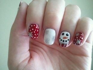 Дизайн коротких ногтей, зимний красно-белый маникюр со снеговиком