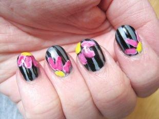 Маникюр с цветами, черный маникюр  с яркими цветами на коротких ногтях