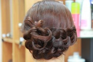 Каштановый цвет волос на длинные волосы, прическа с косой на праздник