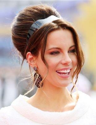 Шоколадно коричневый цвет волос, прическа бабетта с ободком