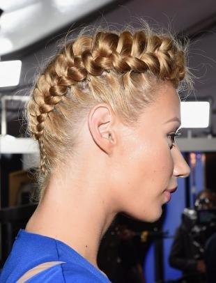 Золотисто медовый цвет волос на длинные волосы, роскошная прическа с плетением