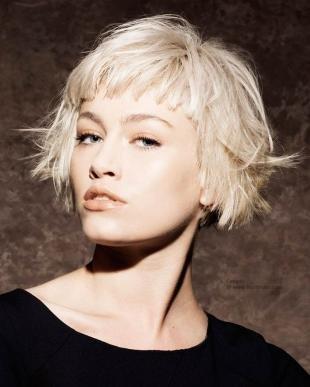 Цвет волос перламутровый блондин, стрижка боб с короткой челкой