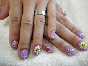 Дизайн ногтей, симпатичный сиреневый маникюр с ромашками на коротких ногтях