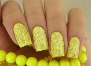 Нарощенные ногти, светло-желтый маникюр с хаотичными полосками