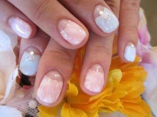 Красивый дизайн ногтей, нежный лунный маникюр с камнями