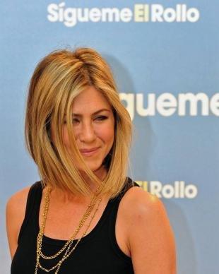 Цвет волос медовый блонд, модное каре на средние волосы