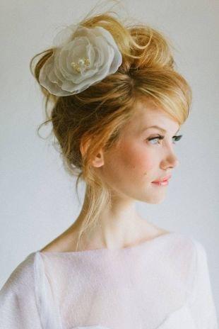 Светло рыжий цвет волос на длинные волосы, высокая свадебная прическа с цветком в ретро-стиле