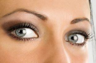 Вечерний макияж для нависшего века, макияж для серых глаз с красными стразами
