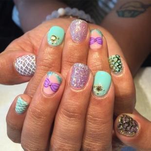 Мятный маникюр, морские рисунки на ногтях