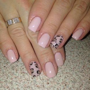 Модный маникюр, светло-розовый маникюр с леопардовым рисунком