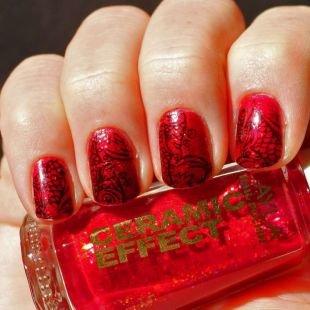 Современные рисунки на ногтях, рубиновый маникюр с черным орнаментом
