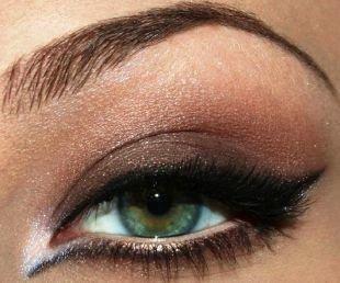 Темный макияж для зеленых глаз, вечерний макияж зеленых глаз с длинными стрелками