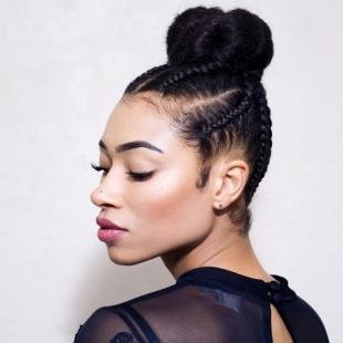 Иссиня-черный цвет волос, прическа с афрокосами и пучком