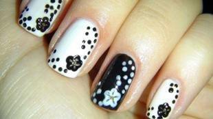 Черно-белый дизайн ногтей, черны-белый маникюр с цветами и горошком