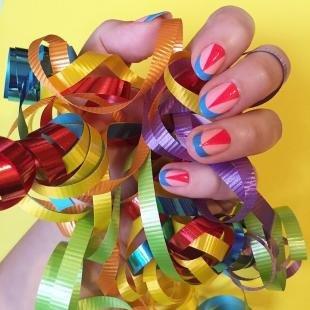 Летний маникюр на коротких ногтях, цветной френч с геометрическим рисунком