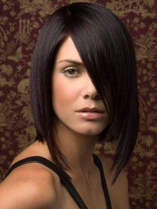 Коричневый цвет волос, стрижка прическа каре с длинной косой челкой