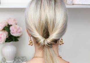 """Цвет волос холодный блонд, простая прическа """"вывернутый хвост"""""""