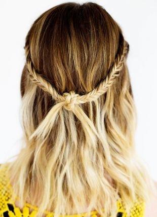Простые прически на каждый день на средние волосы, прическа на 1 сентября - косички, соединенные узелком