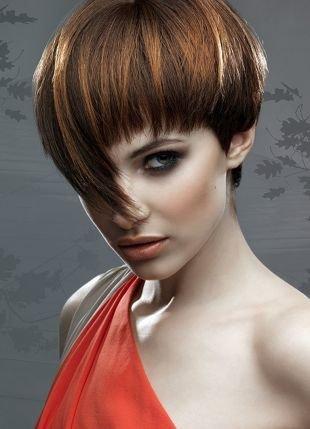 Модные женские прически на короткие волосы, удивительная прическа с челкой