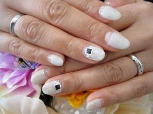 Свадебный маникюр на короткие ногти, белый лунный маникюр с черными камнями
